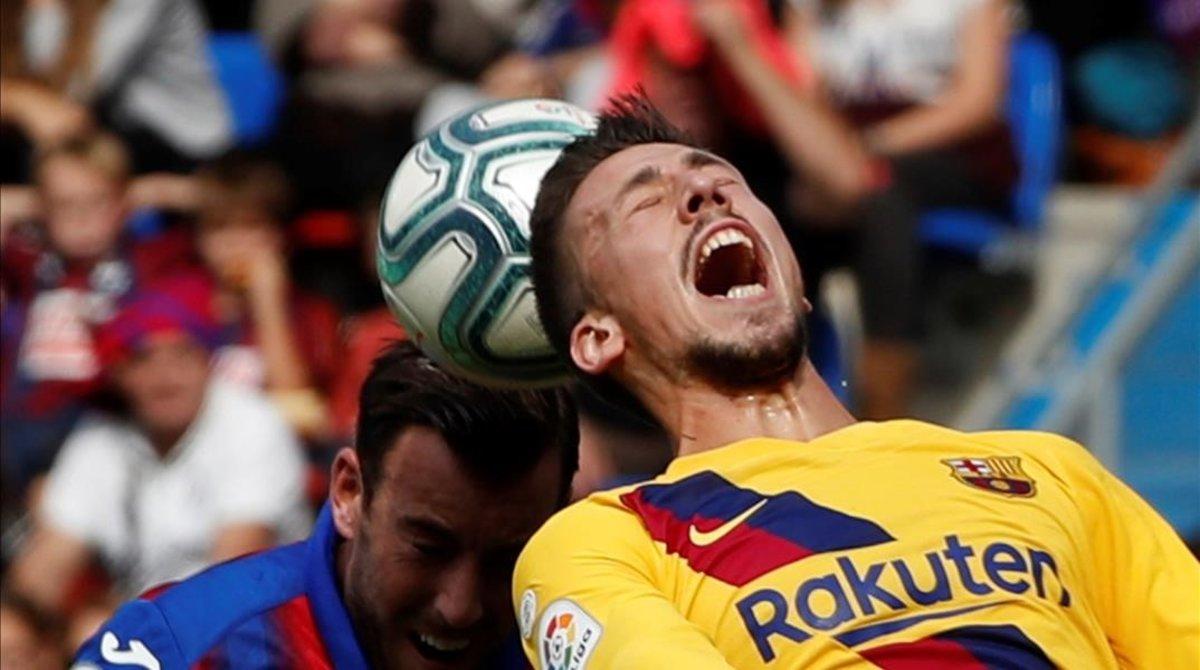 Lenglet pugna con Enrich en el Eibar-Barça del pasado sábado.