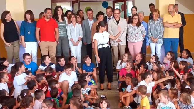 La reina Letizia asiste a la apertura del curso escolar en un colegio de Torrejoncillo (Cáceres).