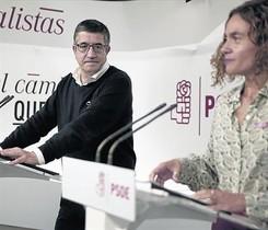 Los dirigentes socialistas Patxi López y Meritxell Batet, ayer en la sede del partido.