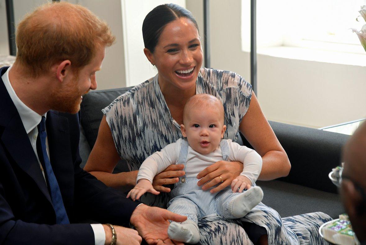 Los duques de Sussex, con su hijo, Archie, durante su encuentro con Desmond Tutu.