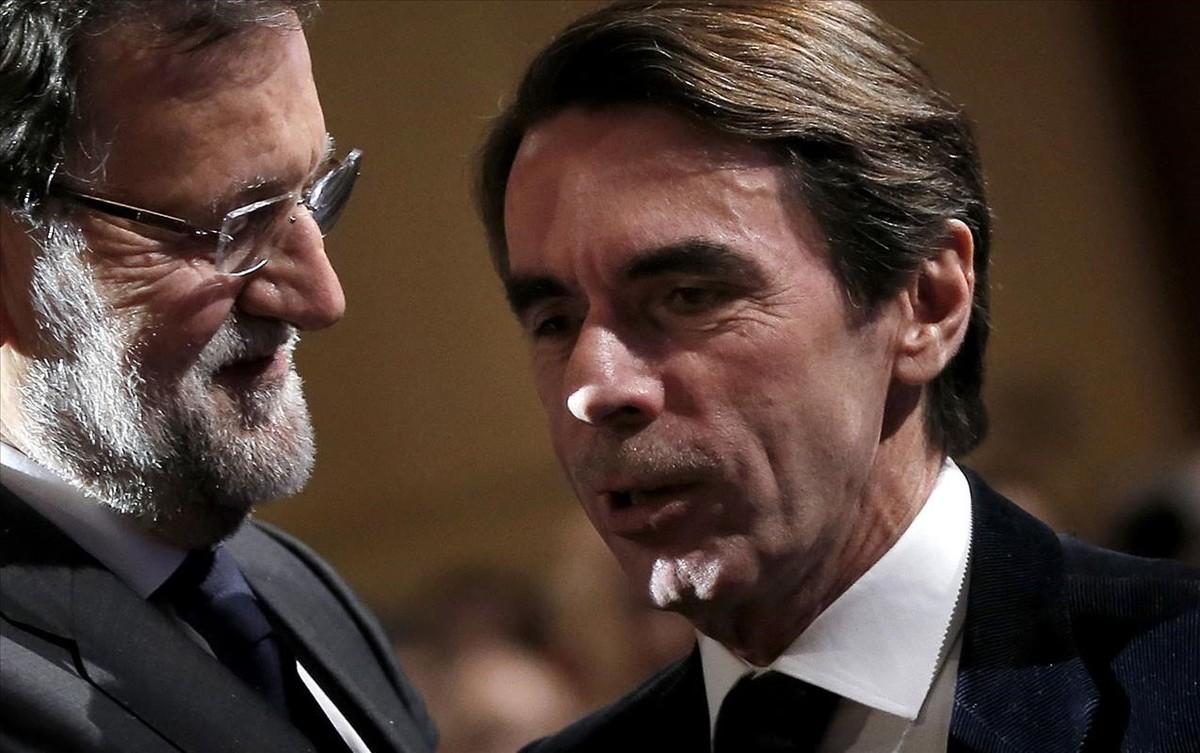 Los expresidentes José María Aznar y Mariano Rajoy en una convención del PP de 2015