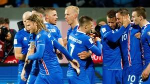 Los jugadores islandeses celebran uno de sus goles a Kosovo.