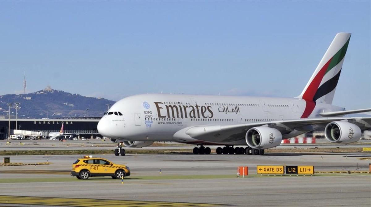 Un A380 de Emirates en el aeropuerto de Barcelona.