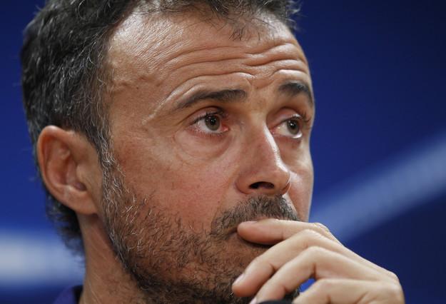 Luis Enrique antendiendo a los medios que se han dado cita en la Ciutat Esportiva Joan Gamper.