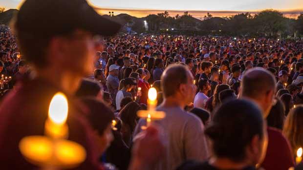 Miles de personas se reunieron en recuerdo de las 17 víctimas mortales de la matanza perpetrada por Nikolas Cruz.