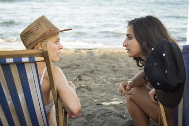 Maggie Civantos y Alba Flores (derecha), en una escena de la segunda temporada de la serie 'Vis a vis'.