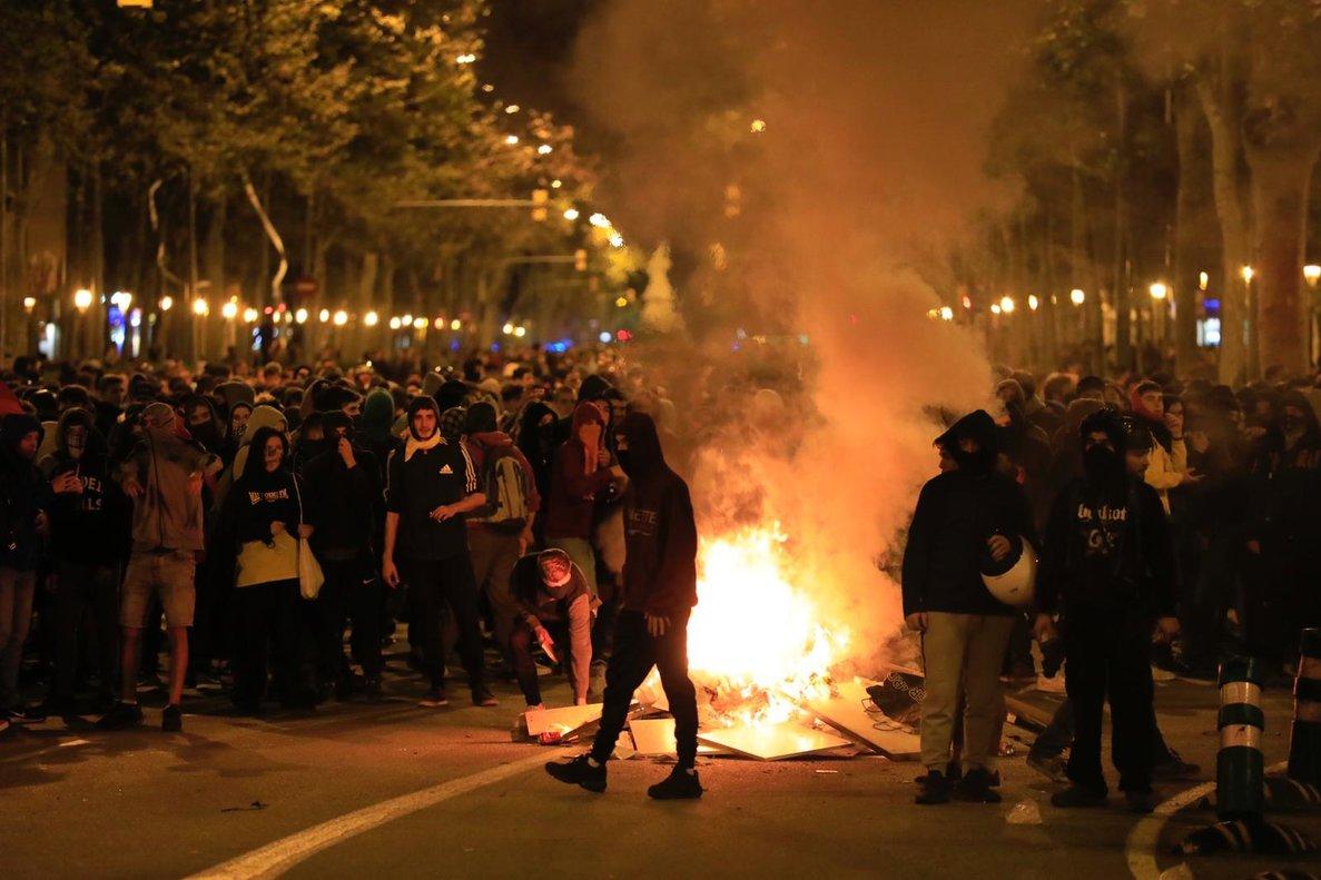 Manifestantes enmascaradosen paseo Sant Joan.