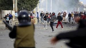 Manifestantes lanzan piedras a la policía en Kaserín, este miércoles.