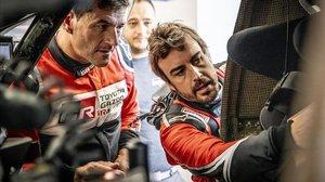 Marc Coma y Fernando Alonso repasan el interior de su Toyota.
