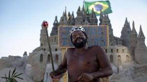 Marcio Mizael Matolias, el rey de los castillos de arena,ha vivido dentro de un castillo de arenaen la playa brasileña durante 22 años.