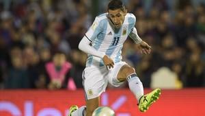Di Maria juega con la selección argentina en el duelo ante Uruguay en Montevideo.