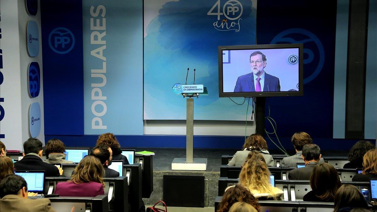 La prensa sigue la intervención de Mariano Rajoy ante la junta directiva nacional.
