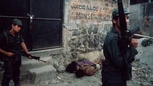 Marido y mujer son interrogados, en El Salvador, en1982.