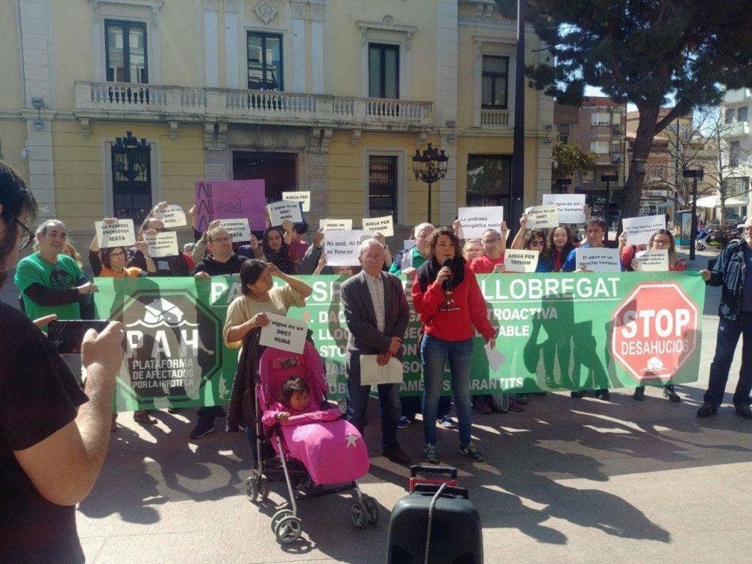 Más de una veintena de entidades sociales se han concetrado este jueves frente al Ayuntamiento de L'Hospitalet