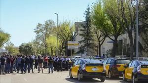 Medio centenar de taxistas se manifiestan contra el intrusismo laboral ante una de la sede de Cabify en LHospitalet, una de las empresas que presta servicios de VTC, el pasado marzo.