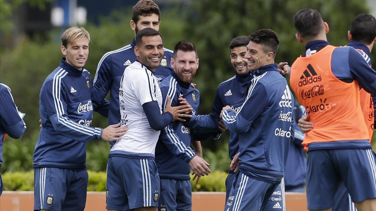 Messi, bien arropado en un entrenamiento de Argentina.