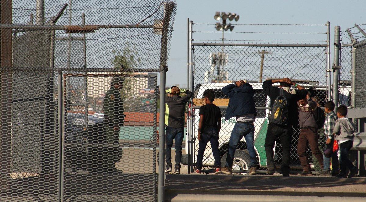 Migrantes son detenidos tras cruzar el río Bravo por las autoridades migratorias de Estados Unidos.