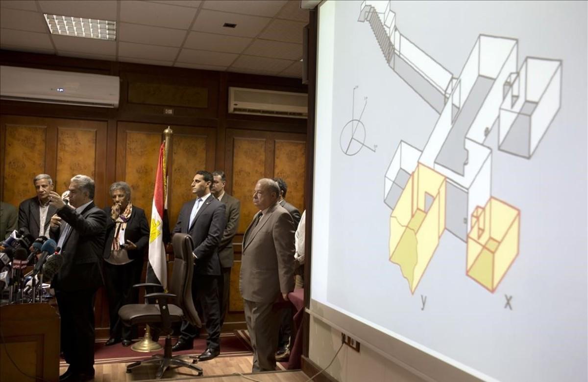 El anterior ministro de Antigüedades egipcio Mandouh El Damaty, durante la rueda de prensa del 17 de marzoen que anunció el descubrimiento de dos cámaras anexas a la tumba de Tutankamón, que aparecen señaladas en la pantalla en amarillo.