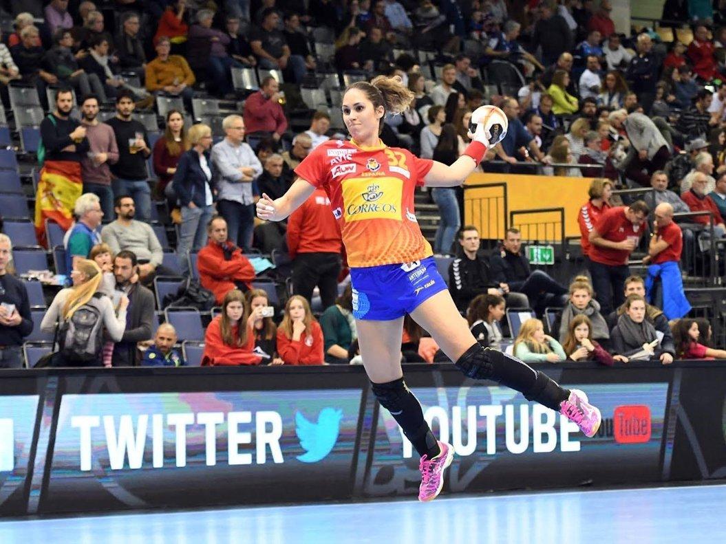 07/12/2017 Mireya González lanza a portería durante un partido con la selección española de balonmano