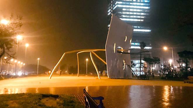 Momento en que se cae la escultura David i Goliat, situada en la plaza de los Voluntarios de la Vila Olímpica, a consecuencia de 'Gloria', este martes