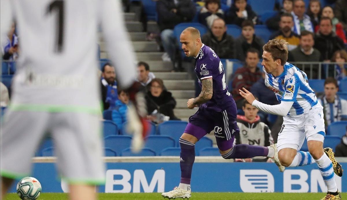 Monreal persigue a Sandro en el Real Sociedad-Valladolid disputado en febrero.