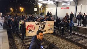 Invasión de las vías de Rodalies durante la protesta del pasado miércoles en Montcada.