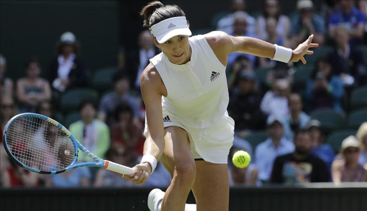Muguruza devuelve una bola, en su debut en Wimbledon,