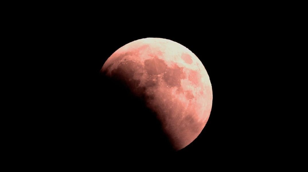 La luna, semi oscurecida y roja en Netanya, Israel.