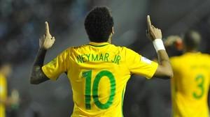 Neymar celebra su gol ante Uruguay en el Centenario de Montevideo.