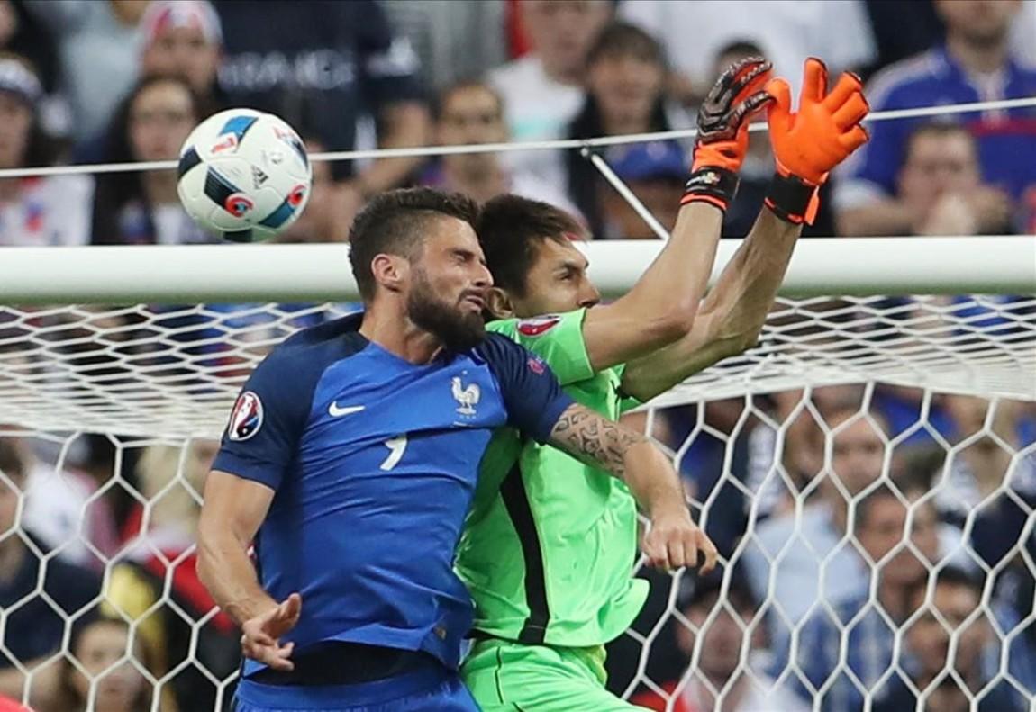 Olivier Giroud anotael primer gol de Francia ante Rumania.