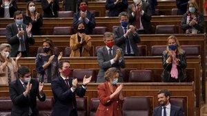 Pablo Casado, aplaudido por la bancada popular tras su intervención en el debate de la moción de censura de Vox a Pedro Sánchez.