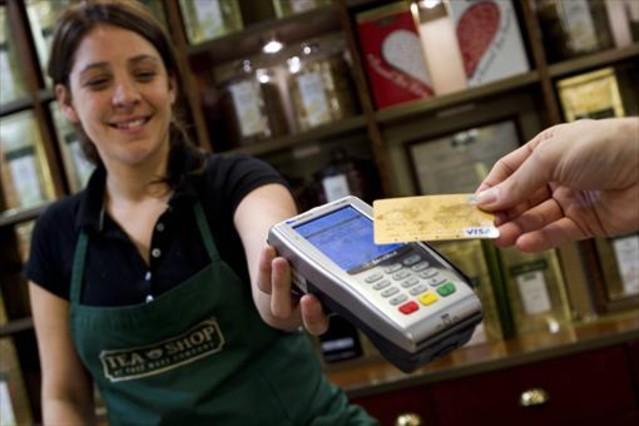 Pago con tarjeta de crédito en una tienda.