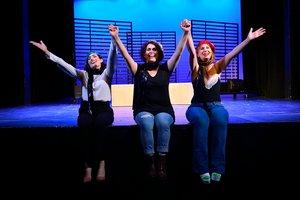 Mar Maestu, Elia Corral y María Viñas, las tres actrices y cantantesde París.