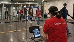 Pasajeros llegan a la terminal 3 del aeropuerto de Fuimicino de Roma.