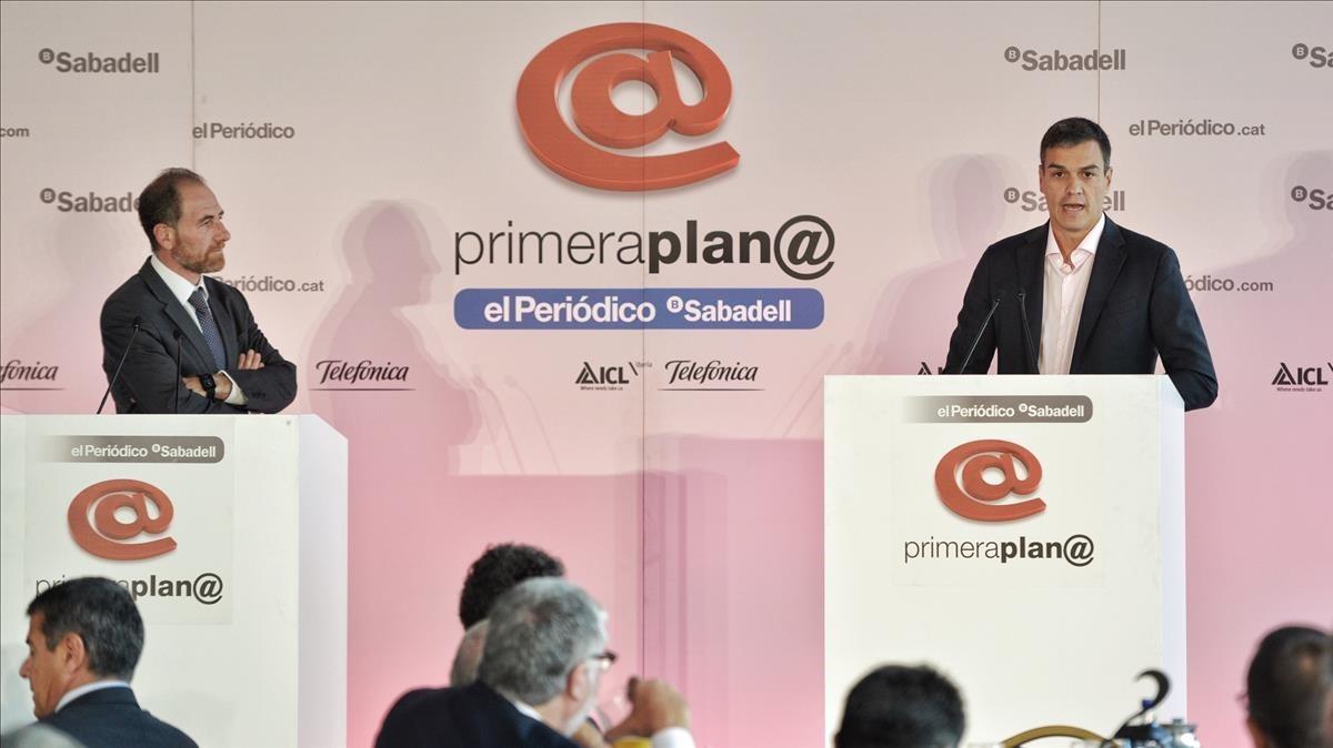 Pedro Sánchez y Enric Hernàndez, en la tribuna de oradores.