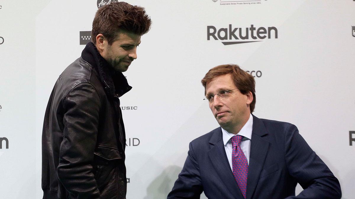 Piqué espera que la Copa Davis sea un gran espectáculo. En la foto, el jugadorjunto al alcalde de Madrid, Martínez Almeida, en la presentación de la Copa Davis.