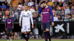 Piqué y Rodrigo Moreno en Mestalla tras el empate (1-1).