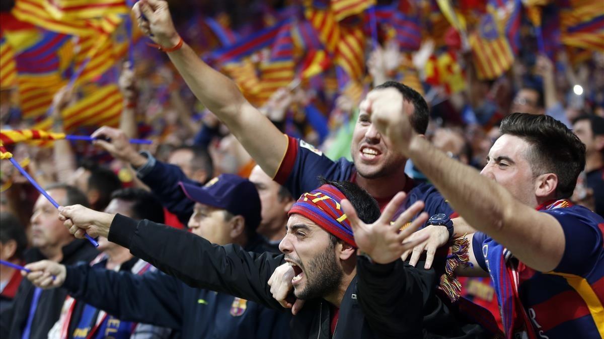 Seguidores del Barça pitanel himno español en la Final de Copa,en el Wanda Metropolitano.