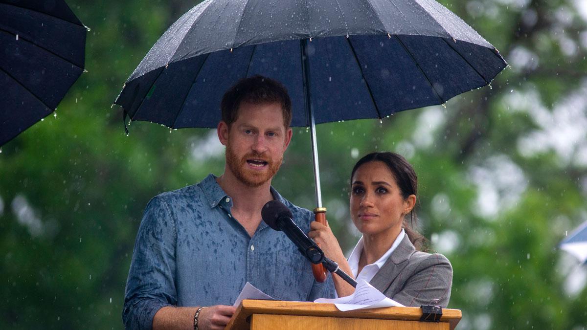 Polémica en Reino Unido porque sea Meghan Markle quien tenga que tapar con su paraguas al príncipe Harry