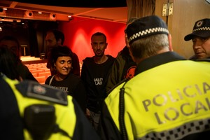 La policía interrumpe ycancela un acto de Anna Gabriel en Vitoria, Euskadi.