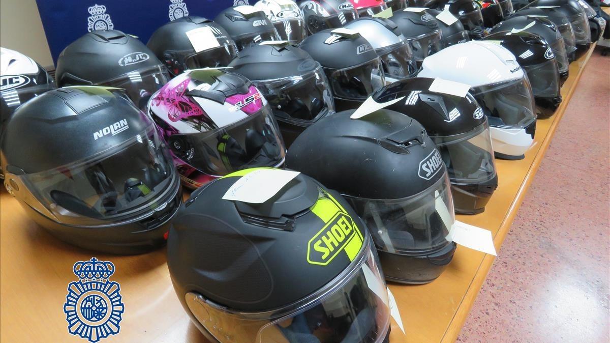 La Polícia Nacional recupera 35 cascos de motocicleta que habían sido robados en Madrid.