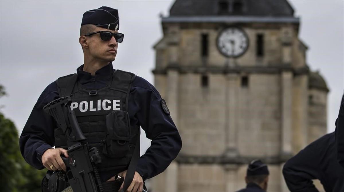 Un policía vigila los alrededores de la iglesia de Saint-Etienne-du-Rouvray (Normandía), un día después del atentado yihadista que se atribuyó el Estado Islámico, el 27 de julio.