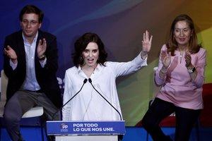 La presidenta de la Comunidad de Madrid, Isabel Díaz Ayuso (c), junto al alcalde de Madrid, José Luis Martínez-Almeida (i) y la número dos del PP al Congreso de los Diputados para las elecciones del 10-N, Ana Pastor (d).