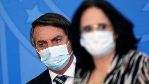 El presidente de Brasil, Jair Bolsonaro, y la ministra de Mujer, Familia y Derechos Humanos, Damares Alves, el pasado 2 de septiembre.