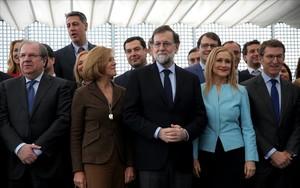 El presidente del Gobierno y del PP, Mariano Rajoy, con sus barones autonómicos y cargos de gobierno y partido antes de almorzar en la sede central de los populares