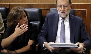 El presidente Mariano Rajoy junto a su número dos, Soraya Sáenz de Santamaría, en la sesión de investidura