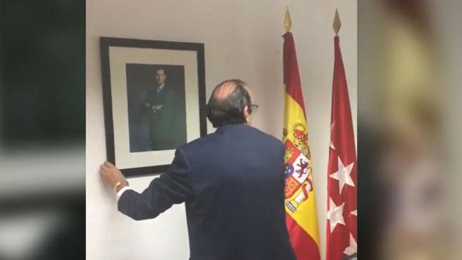 Primer 'acto' de Vox en la Asamblea de Madrid: colgar un cuadro del Rey.
