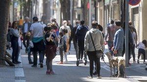 Muchos niños salen el primer día de desconfinamiento para menores de 14 años en Barcelona.