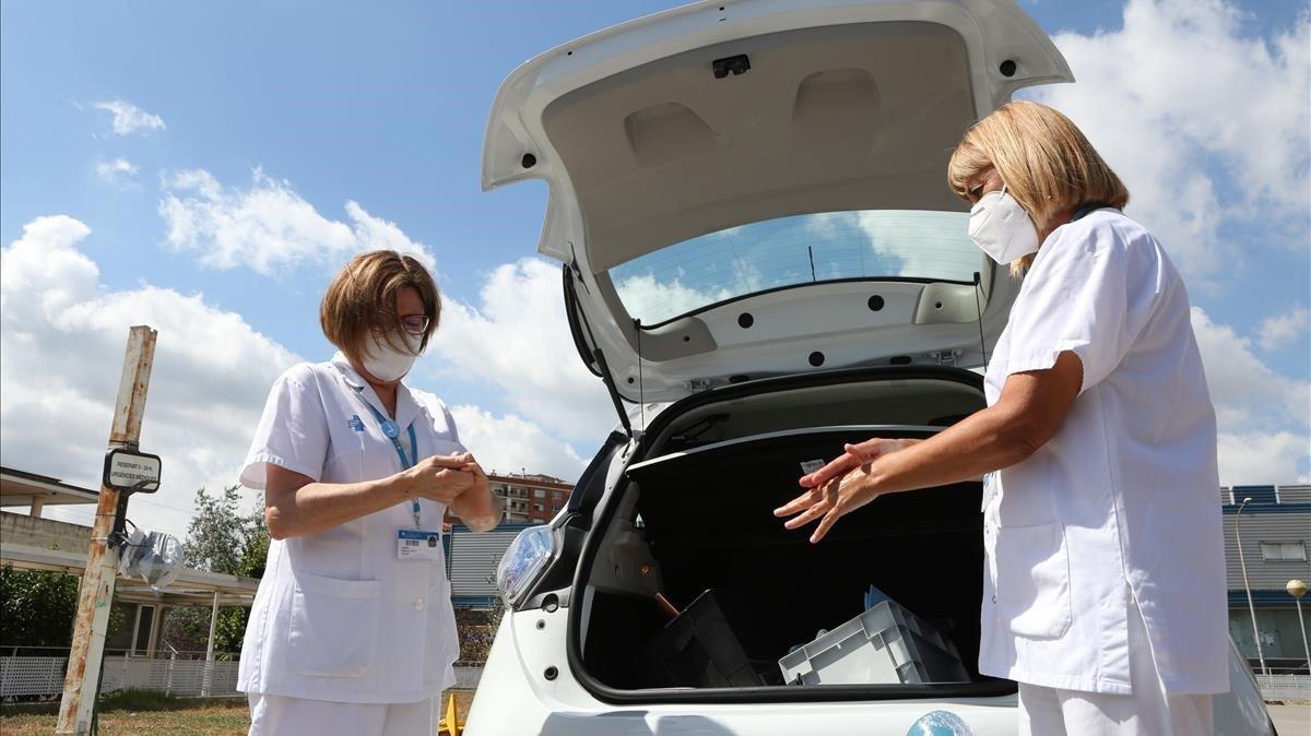 Dos enfermeras salen de un CAP de Ripollet para hacer pruebas puerta a puerta.
