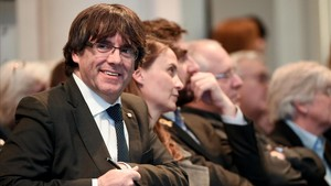 Puigdemont, acompañado de los cuatro 'exconsellers' que están con él en Bruselas, en el acto con los alcaldes.